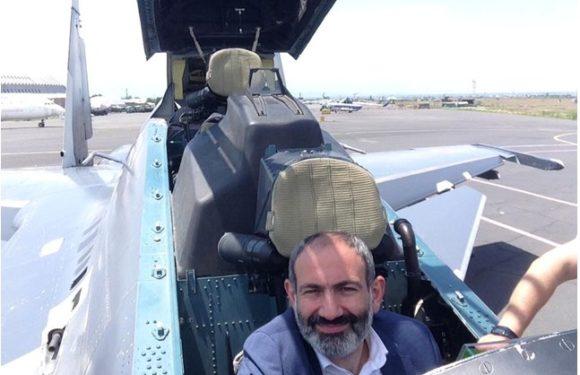 Прем'єр-міністр Вірменії Пашинян за штурвалом кращої в світі бойової машини Су-30СМ